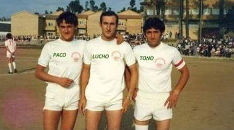 Lema, a la izquierda, en 1984, con dos hermanos.