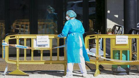 Una trabajadora de la residencia de San Rosendo en O Incio, durante el grave brote que afectó a este centro este verano