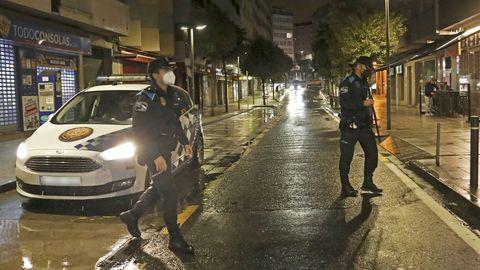 Agentes de la Policía Local de Santiago durante uno de los operativos nocturnos para vigilar que no se celebren fiestas en pisos