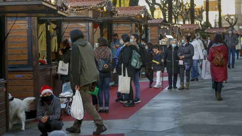El mercadillo de Navidad de Santiago, en la calle Carreira do Conde, estuvo ayer muy transitado