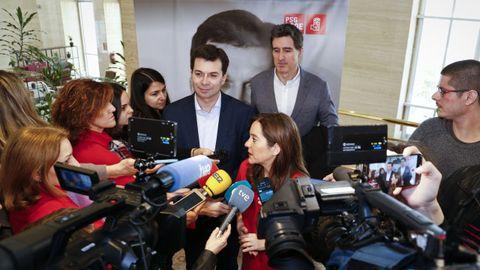 Inés Rey atendiendo a peridistas delante de Gonzalo Caballero