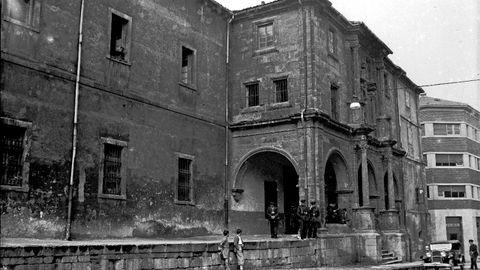 Cuartel de policía de Santa Clara, en la calle Covadonga de Oviedo, en una imagen de la década de 1920. Había sido convento hasta el siglo XVIII. En él detuvieron y fue asesinado Luis Higón y Rosell, Sirval