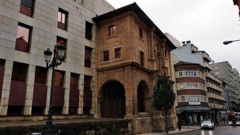 Una imagen actual del antiguo convento y luego cuartel de policía de Santa Clara, en la calle Covadonga de Oviedo. Tras una gran reforma y su adaptación como sede de Hacienda, solo queda la portería  del edificio original
