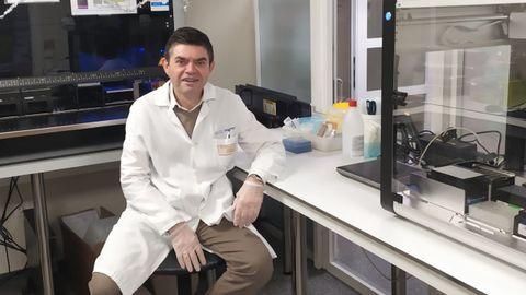 Germán Bou, jefe de microbiología del servicio del Chuac, en el laboratorio