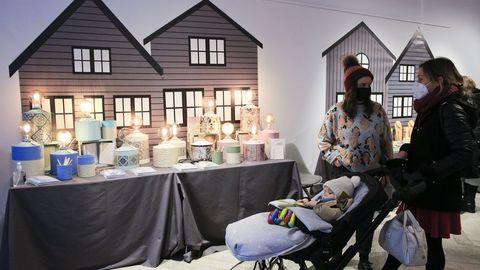 El mercado navideño de La Ferretería continúa hasta el 24 y los artesanos participantes están muy satisfechos con la buena acogida que están teniendo sus productos por parte del público, al que se le toman sus datos en la entrada y se sigue un control de aforo