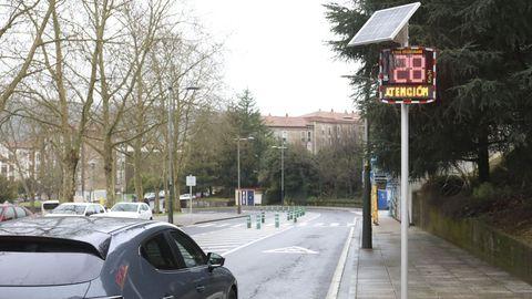 En una imagen de archivo, un radar informativo instalado en la avenida de Castelao de Santiago, a su paso por el barrio de Vite