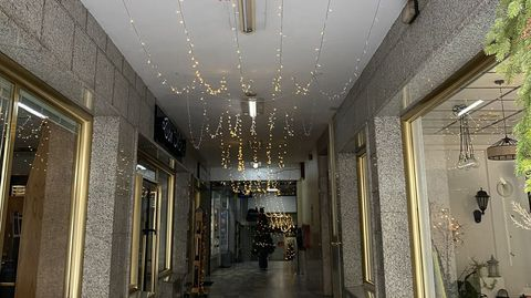 Espacios comerciales y tiendas lucen decoradas estos días