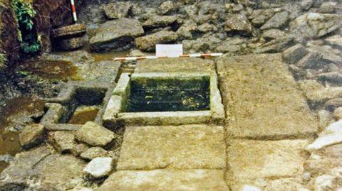 En el pasado reciente. Explica Montenegro que en 1989 la Xunta promovió su estudio a través de una excavación arqueológica. De la fuente sólo desmontaron los muretes. Los materiales asociados a ella fueron datados en el siglo I, coincidente con el momento de abandono del castro.