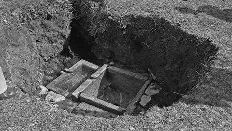 Los investigadores Helmut Schlunk, Antonio Blanco Freijeiro y Nicandro Ares visitaron la fuente en 1976