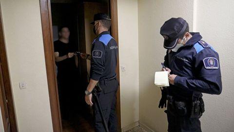 Dos agentes de la Policía Local de Santiago acuden a un piso en el que se estaba celebrando una fiesta