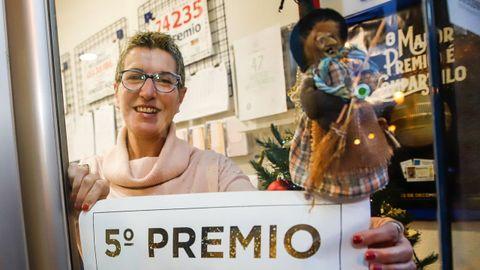 Un décimo del 86986 fue vendido también en el despacho A Meiga, de Noia. La propietaria, María José Petisco, expresa su satisfacción: «Fue solo  un décimo, pero genial. Uno más que suma».