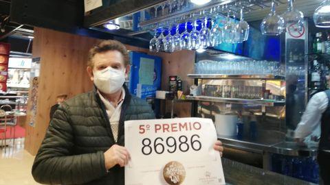 Muy temprano, fueron los periodistas los que despertaron a Manolo Seoane, Mol, para darle la noticia de que en su despacho El rincón de la suerte de O Petón, ubicada en el Centro Comercial Cuatro Caminos, de A Coruña, se había vendido un quinto premio.