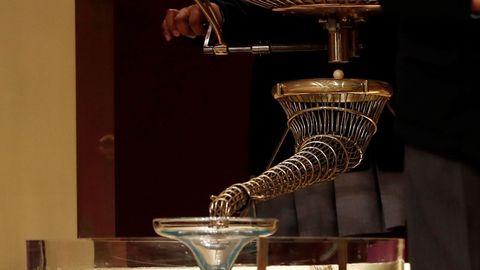 Detalle de la trompeta por donde caen las bolas a la copa para que sean recogidas por los niños durante el Sorteo Extraordinario de la Lotería de Navidad