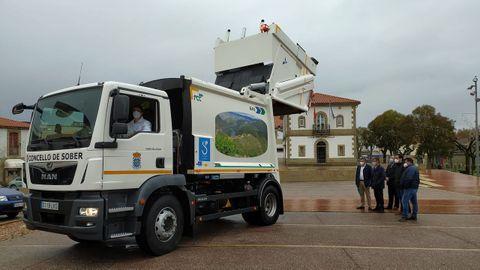 El nuevo camión fue presentado en la plaza del Concello de Sober