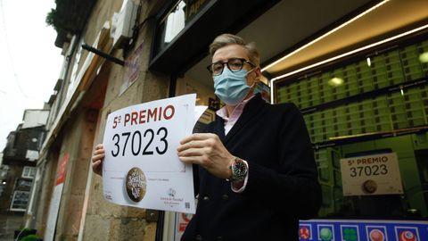 Otro quinto premio, el 37023, deja 60.000 euros en la zona más turística de Santiago. El administrador de Porta Faxeira, José Luis Tojo: «Xa demos de todo: quintos, terceiros e ata primeiros»
