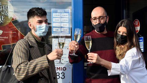 Un cliente celebra el quinto premio de la Lotería de Navidad con los dueños de la Administración de Loterías de Berriz (Bizkaia) donde se ha repartido el número agraciado
