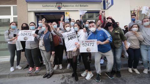 Varias personas celebran el tercer premio del Sorteo Extraordinario de Navidad, el número 52472, en la localidad gaditana de Barbate, en donde la administración de lotería número 2 ha repartido 45 millones de euros