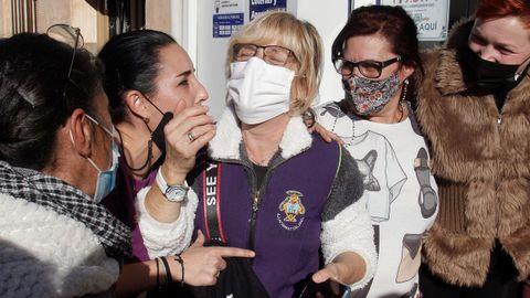 Candelaria Poveda (en el centro en la foto) es una de las agraciadas con el segundo repartido en Pinoso, en Alicante