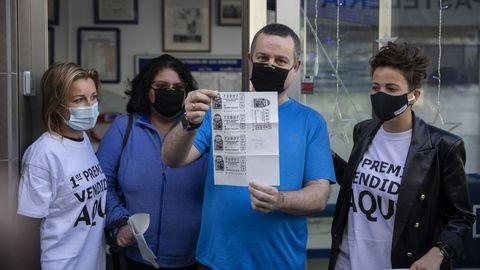 Emiliano, junto a su mujer, en la puerta de la administración de lotería de Punta Umbría