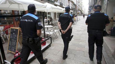 Agentes de la Policía Local de Ferrol controlando las terrazas en el centro de la ciudad