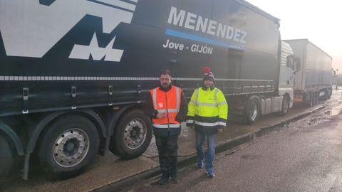 Camioneros atrapados en Inglaterra. Por la izauierda, Pablo Candanedo y Chus Braña
