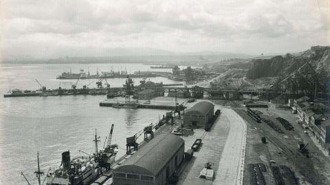 XINERU. Vista del puertu d'El Musel, h. 1965