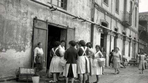 ABRIL. Pescaderes a la puerta de la rula, 1963