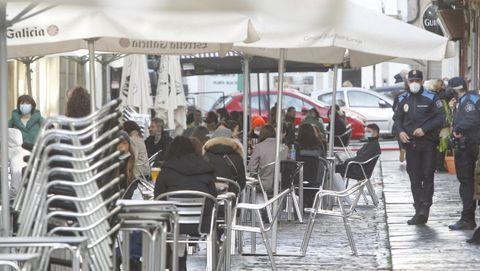 Policía Local en una calle de terrazas de Ferrol