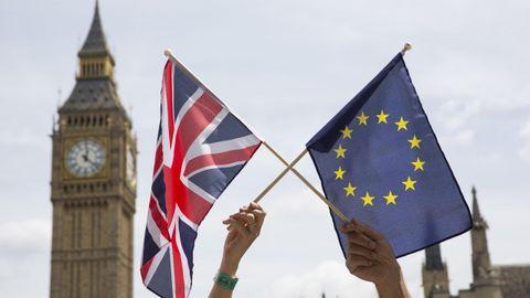 Banderas de la UE y el Reino Unido ante el Big Ben el día de Navidad, tras confirmarse el acuerdo para evitar el «brexit»