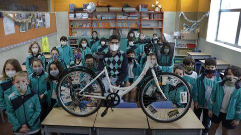 La clase de 3.º A posa tras una bicicleta que customizaron con fotos de profesiones esenciales y que entraña un mensaje: «Si una rueda se para, la otra no funciona», dicen