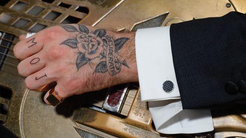 Detalle del traje de Etiem y del anillo de Rígido que luce Néstor