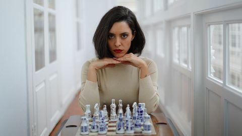 Marta juega al ajedrez con un top dorado de Zara y anillo de Rígido