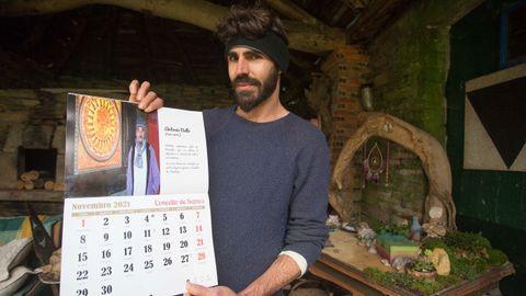 Armiche enseña orgulloso un calendario realizado por el Concello de Samos que rinde homenaje a su padre