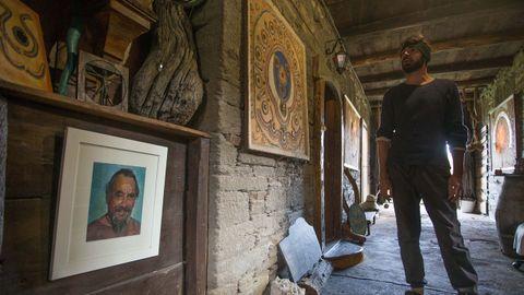 Galería de la Casa del Alquimista con el retrato de su padre, Antonio Bello