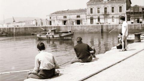 XUNU. Pescando a caña na dársena del puertu, 1963