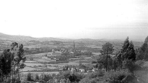 OCHOBRE. Vista de la Universidá Llaboral dende la xubida a l'Infanzón, h. 1960