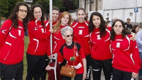 Rosita con algunas jugadoras en la inauguración de la Plaza del Club Patín Gijón Solimar