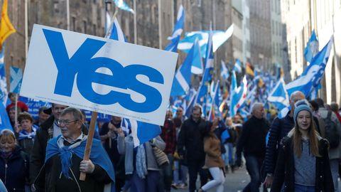 Partidarios de la independencia de Escocia durante una manifestación
