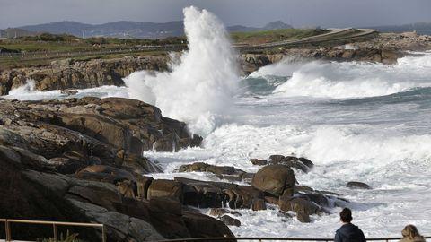 Imagen del fuerte oleaje ayer en la costa de Burela