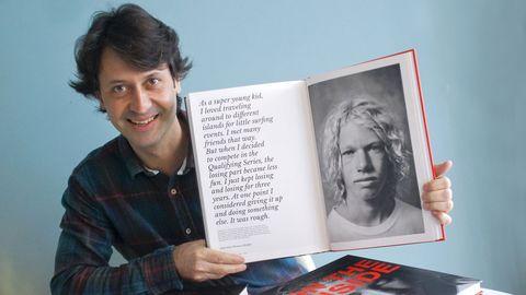 En la imagen, Eloy Taboada con su nuevo libro de retratos