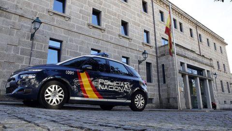 En una imagen de archivo, un vehículo policial pasa frente a la comisaría de Santiago