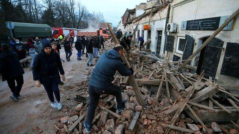 Vecinos de Petrinja buscan supervivientes entre los escombros