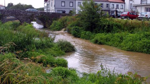 El río Sar, en una imagen de archivo, a su paso por la calle Ponte do Sar, cerca de la Colegiata