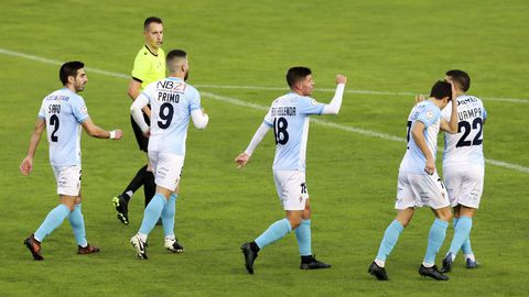 Recién ascendido a Segunda B, el Compos es una de las revelaciones de la temporada y no pierde desde la primera jornada ante Unionistas. En la foto, celebran un gol contra el Pontevedra
