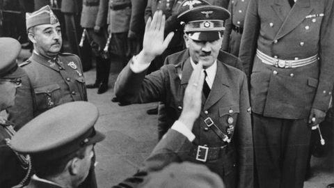 Visita de Hitler a España en 1941, en una revista de tropas junto a Franco. En esa fecha el espía nazi Karl Arnold ya había montado su red en España
