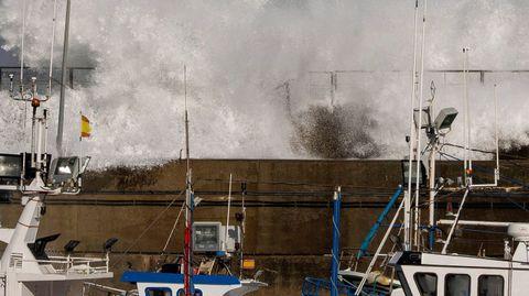 El fuerte oleaje provocado por la borrasca «Bella» rompen contra el espigón de protección del puerto de Cudillero