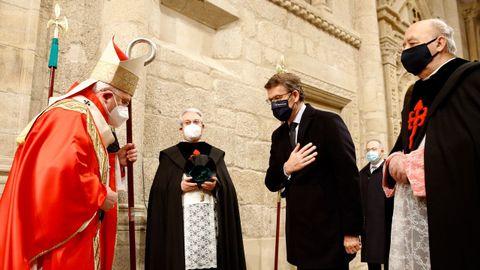 El arzobispo Julián Barrio saluda al delegado regio Alberto Núñez Feijoo