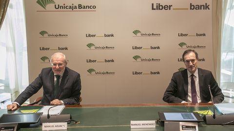 Manuel Azuaga y Manuel Menéndez durante la presentación de la fusión entre Liberbank y Unicaja