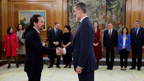 Pablo Igleisas saluda a Felipe VI tras prometer su cargo ante el monarca como vicepresidente segundo del Gobierno