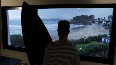 Un surfista mirando las vistas desde el edificio